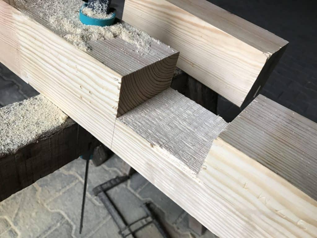 Überblattung nach Bearbeitung mit Stechbeitel. Selber eine Werkbank bauen ist nicht schwer.