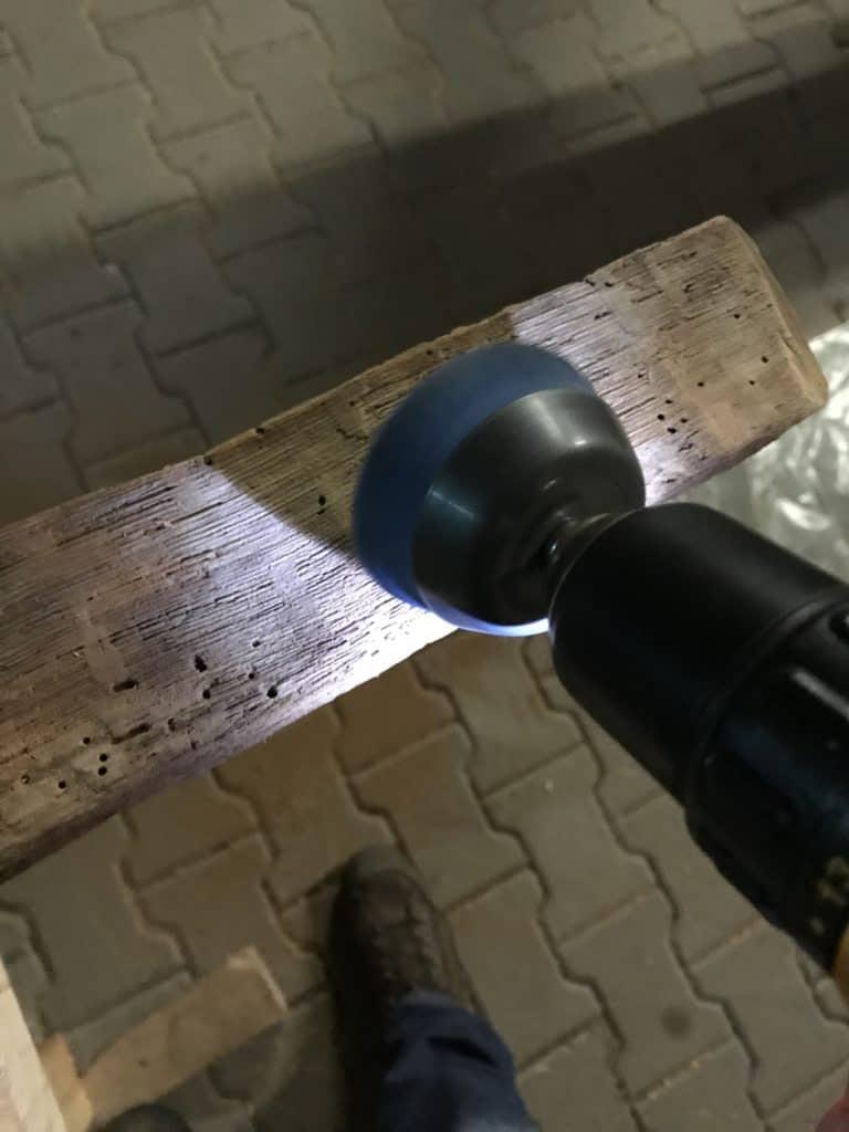 Altholz Aufbereitung mit Bürstenaufsatz.