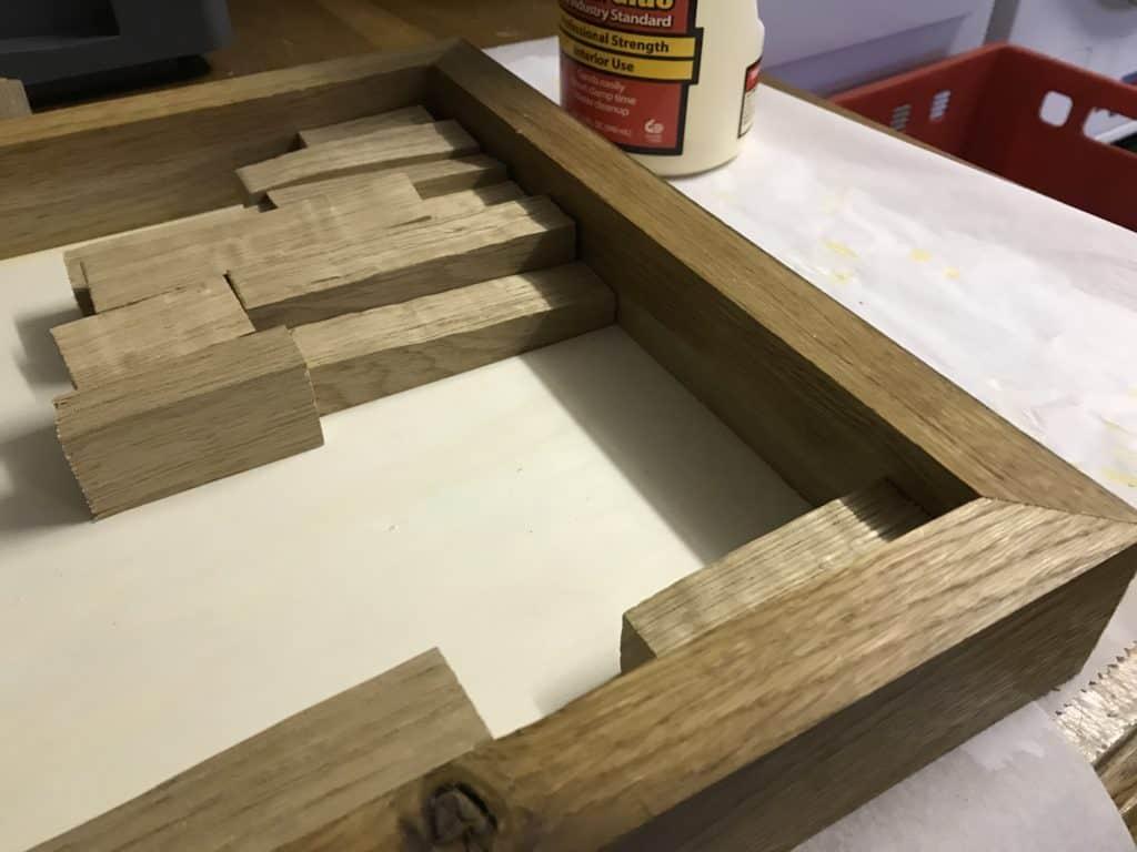 Moosbild selber machen Holzleisten anordnen
