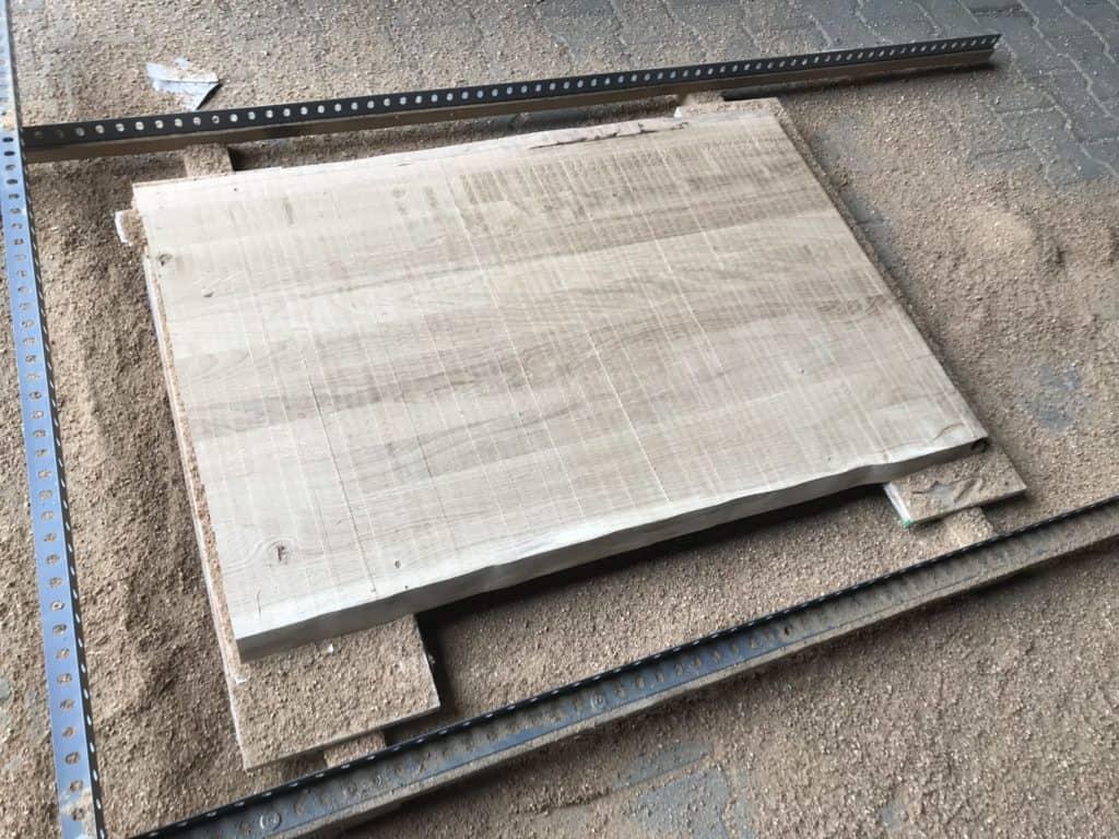 Komplette Tischplatte des Couchtischs wurde plangefräst.