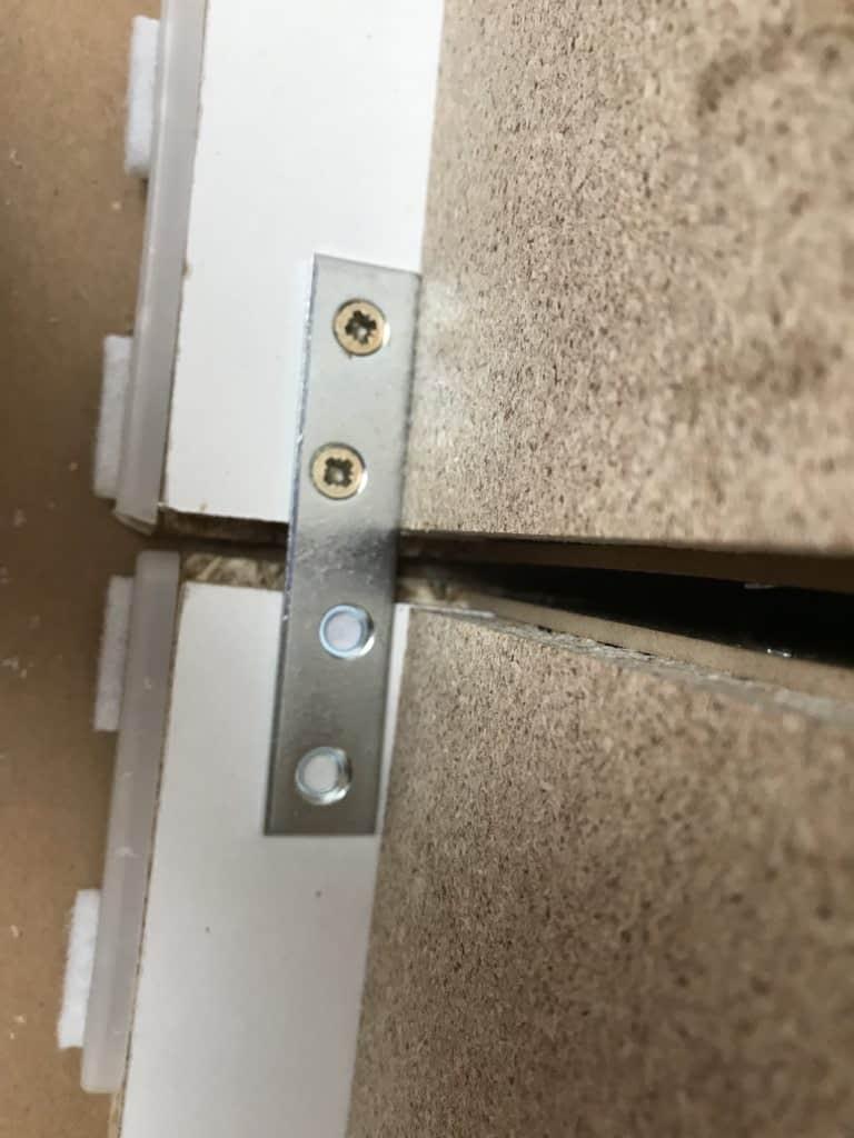 Flachverbinder zum versteifen der zwei Kommoden.