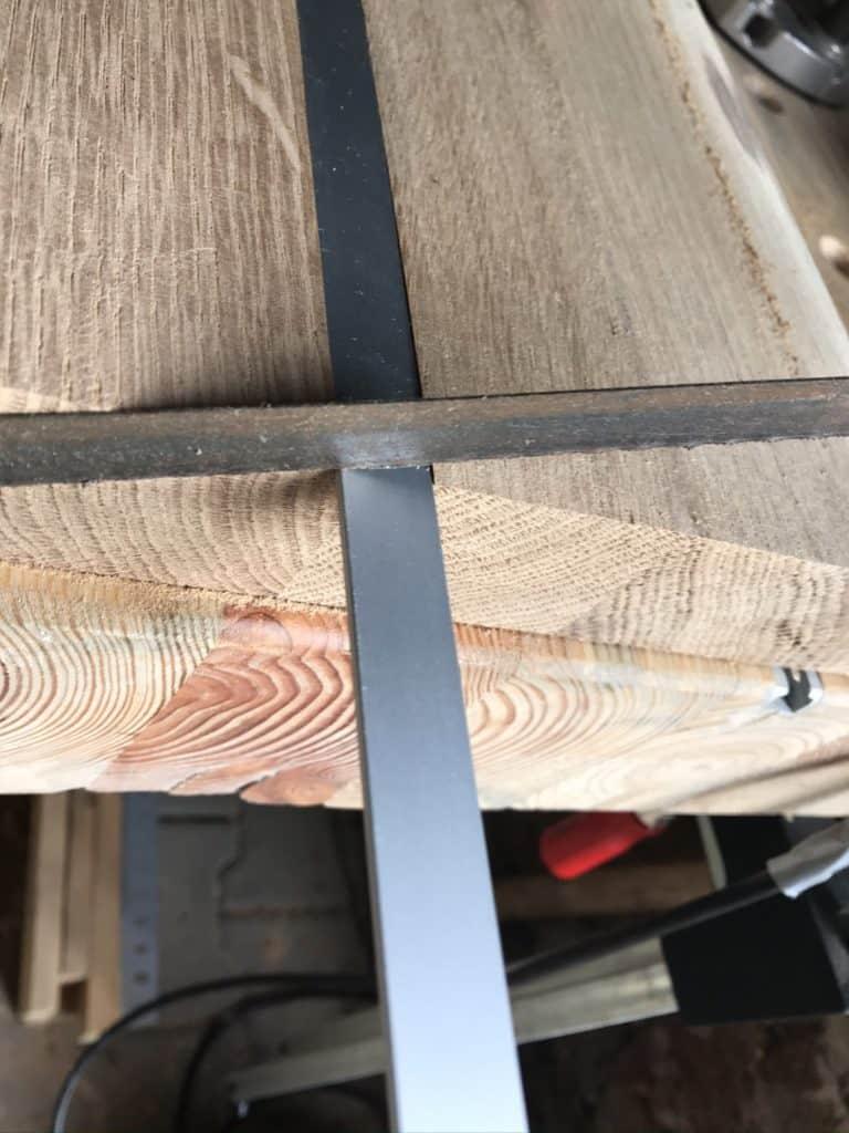 Schweberegal mit Baumkante