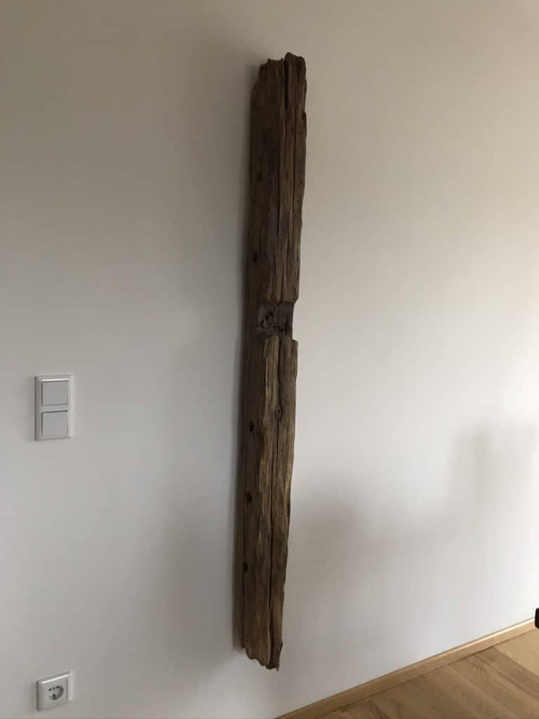 Weinregal aus Holzbalken
